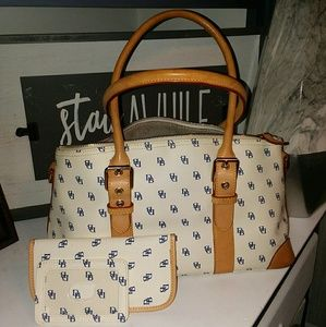 Dooney and  Bourke IT40C Comes Satchal